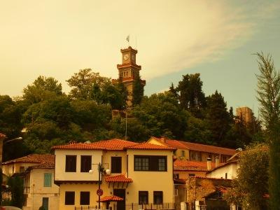 Ο πύργος του ρολογιού του Κάστρου των Τρικάλων και τμήμα του παραδοσιακού οικισμού του Βαρουσίου (© Α. Μωυσιάδης).