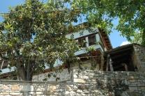 Εκπαιδευτική εκδρομή με επιτόπου διδασκαλία στη Βυζίτσα Πηλίου, στο πλαίσιο των μαθημάτων «Αποκατάσταση Ιστορικών Κτιρίων (Καθηγήτρια: Δρ. Αφροδίτη Πασαλή) και «Επανάχρηση Ιστορικών Κτιρίων (Καθηγητής: Ν. Σαμαράς) (© Ν. Σαμαράς).